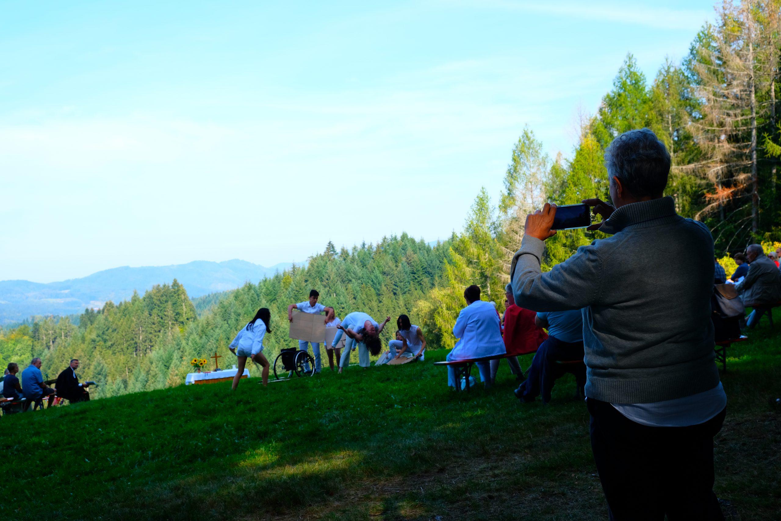Berggottesdienst, Musik, Tanz und der Geruch von Nadelwäldern
